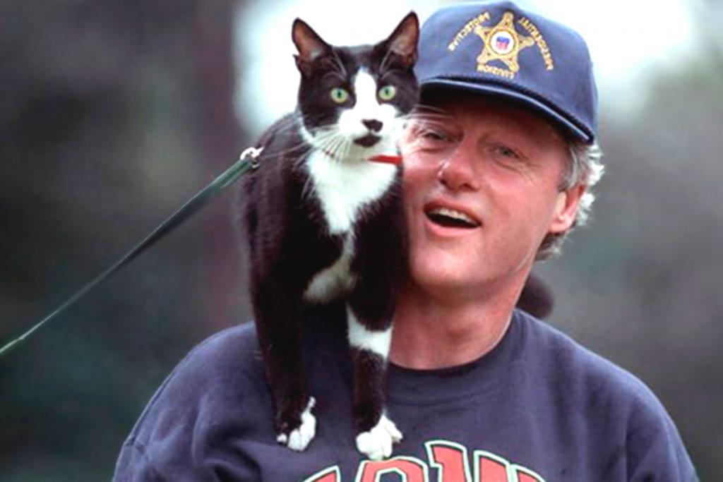 Bill Clinton y su gato smoking